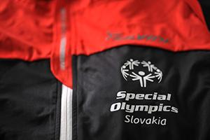 6fe7322676ed ... Potlač nažehlená na čiernom tričku Logo nažehlené na športovej bunde